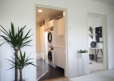 Kiviranta 102 näkymä olohuoneesta kodinhoitohuoneen ja makuuhuoneen suuntaan.